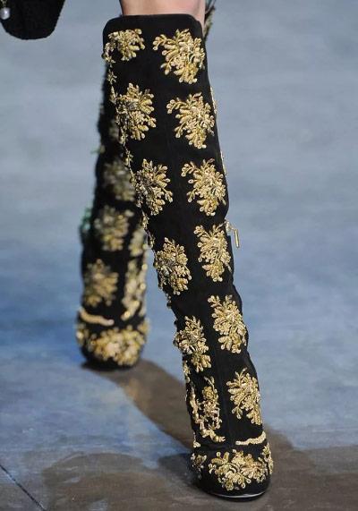 Вышивка на обуви золотыми нитями