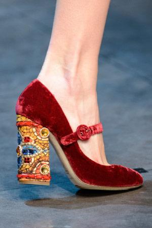 Дизайнерские туфли, украшенные вышивкой